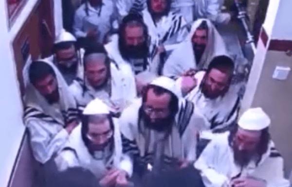 מזעזע אליעזר ברלנד ומאמיניו פורצים עם דיסקים את בית הכנסת ברסלב וזורעים הרס וונדליזם