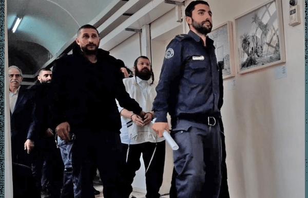 הברלנדי חיים רייכר מובל אזוק בידיו וברגליו לבית המשפט נעצר בחשד לקבלת דבר במרמה והלבנת הון