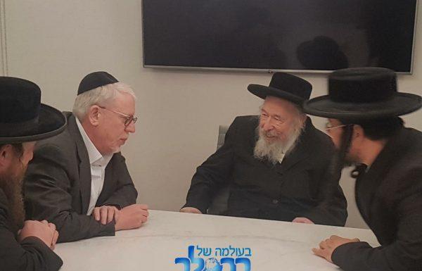 """הגה""""ח ר' משה קרמר בביקור תמיכה אצל הרב אייזיק וויינהאוס יו״ר הוועד למען המתלוננות"""