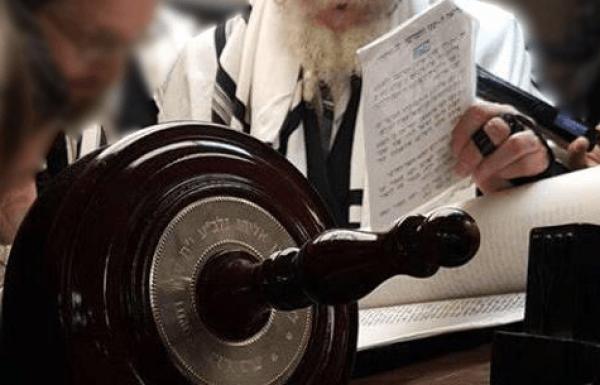 בגסות רוח: נוגע בקלף ומורה לסובב 14 פעמים את ספר התורה