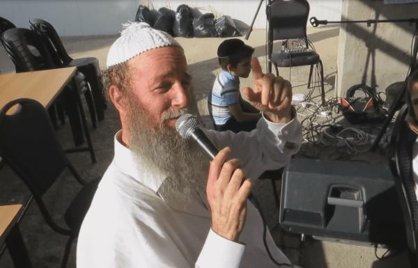 בעל המנגן הרב ישראל דגן בדיבורים מלווים נגינה על החורבן שעולל ברלנד לחסידות ברסלב