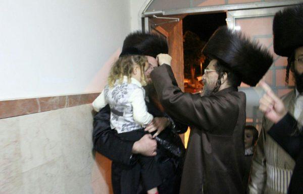 הרב אליעזר חשין, והרב שלמה הנדלר בעריכת החלאקה לבניהם (גלריה)